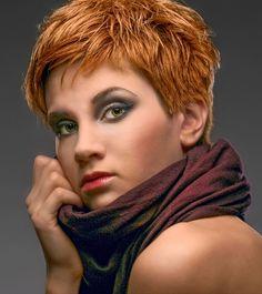 Bildergalerie mit frechen, pfiffigen und flippigen Kurzhaarfrisuren: Strukturierter Pixie Cut in warmem Kupferton - Bei diesem trendigen Kurzhaarschnitt sind die Haare komplett durchgestuft ...