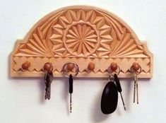 How to make a chip carved keyholder – with tips and tricks for be… - Holz Projekte Diy Wood Projects For Beginners, Beginner Woodworking Projects, Wood Working For Beginners, Diy Wood Projects, Woodworking Tips, Wood Crafts, Canadian Woodworking, Chip Carving, Tips And Tricks