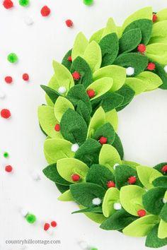 Homemade Christmas Wreaths, Felt Christmas Decorations, Felt Christmas Ornaments, Holiday Wreaths, Handmade Christmas, Christmas Crafts, Handmade Decorations, Felt Wreath, Wreath Crafts