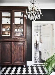 """Innanför en hemlig dörr i ett plank döljer sig det gamla professorshemmet som renoverats med tålamod och fingertoppskänsla. Av Emma Persson Lagerberg Foto Andrea Papini """"Matsalen är..."""