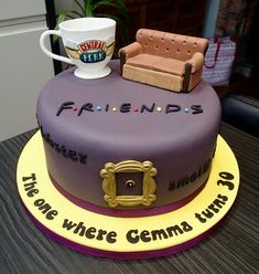 Friends tv show themed birthday cake Themenorientierter Geburtstagskuchen der Freundfernsehsho Tv: Friends, Friends Cake, Funny Friends, Friends Tv Show Gifts, Best Friend Cake, Themed Birthday Cakes, Birthday Parties, 21st Birthday, 30th Birthday Cake For Women