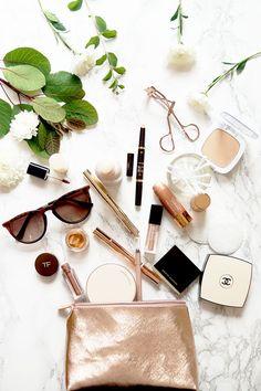 What's In My Travel Makeup Bag (Barely There Beauty) Was ist in meiner Reise-Make-up-Tasche? Diy Beauty Makeup, Makeup Blog, Beauty Hacks, Flat Lay Photography, Makeup Photography, Photo Pour Instagram, Makeup Tutorial For Beginners, Makeup Tutorials, Beginner Makeup