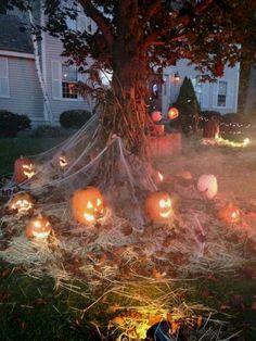 Retro Halloween, Spooky Halloween, Halloween Veranda, Image Halloween, Vintage Halloween Decorations, Halloween Porch, Diy Halloween Decorations, Halloween Pumpkins, Halloween Crafts