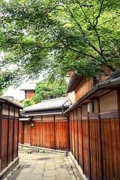 Ishibe Alley (石塀小路) in Gion (祇園), Kyoto-shi, Kyoto Prefecture_ Japan