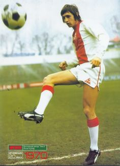 Text in Russian reads: World football. Johan Cruyff, Ajax's rising star, 1970 World Football, School Football, Football Kits, Sport Football, Football Cards, Time Internacional, George Weah, English Football League, Soccer Pictures