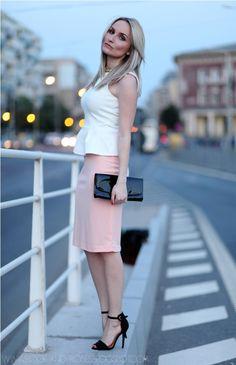 falda melocotón con la parte superior del peplum