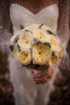 De data aceasta avem o nunta catolica alaturi de Stefania si Eduard. Adevarul este ca slujbele catolice au un aer aparte, au altceva sau mai bine zis au acel ceva. Poate este de la preot si cuvintele acestuia, poate este de la felul in care oamenii savureaza slujba catolica, poate este de la corul care la un Ave Maria simti fiori pe spate sau poate este doar de la faptul ca stai jos in timpul slujbei 🙂  Wedding Flowers  Wedding Bouquet  Buchet Mireasa Wedding Bouquets, Japanese, Ethnic Recipes, Design, Fotografia, Wedding Brooch Bouquets, Japanese Language, Bridal Bouquets
