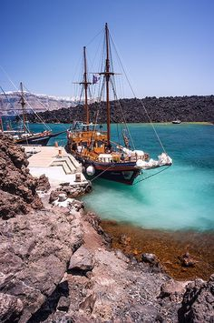Boat in Santorini island, Cyclades, Greece Thasos, Santorini Island, Santorini Greece, Mykonos, Beautiful Islands, Beautiful Places, Beautiful Scenery, Places To Travel, Places To See