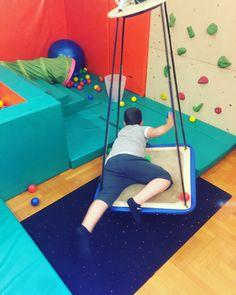 Άσκηση με μπαλάκια στη κούνια από πρηνή θέση! ⬇️⬇️ - Αιθουσαία και Ιδιοδεκτικά ερεθίσματα - Ενδυνάμωση κορμού - Αδρή κινητικότητα - Κινητική ακρίβεια - Οπτικοκινητικός συντονισμός