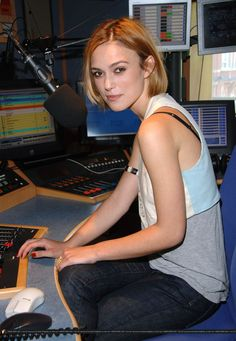 Keira Knightley at Johnny Vaughn's Capital Radio Breakfast Show. Keira Knightley Hair, Keira Christina Knightley, Elizabeth Swann, English Actresses, British Actresses, Capital Radio, Seras Victoria, Jennifer Connelly, Jennifer Beals