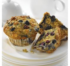 These moist and delicious muffins are great for the lunch box and they have a surprising ingredient – Greek yogurt! The batter is thick, but they bake up nice and light. Frozen Blueberry Recipes, Blueberry Yogurt Muffins, Greek Yogurt Muffins, Lemon Muffins, Blue Berry Muffins, Blueberry Oatmeal, Oatmeal Muffins, Lemon Yogurt, Breakfast Recipes
