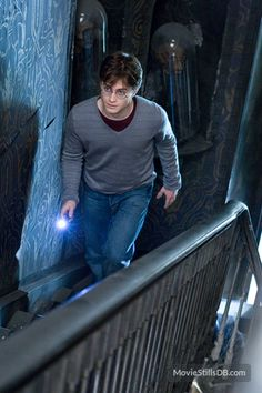 A gallery of Harry Potter and the Deathly Hallows: Part I publicity stills and other photos. Featuring Daniel Radcliffe, Emma Watson, Rupert Grint, Helena Bonham Carter and others. Harry James Potter, Daniel Radcliffe Harry Potter, Harry Potter World, Magia Harry Potter, Arte Do Harry Potter, Harry Potter Aesthetic, Harry Potter Universal, Harry Potter Fandom, Harry Potter Characters