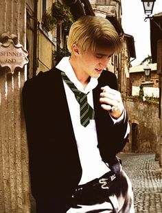 Tom Felton as Draco Malfoy **That awesome belt buckle tho, Slytherin Snake** Draco Harry Potter, Harry James Potter, Harry Potter Characters, Tom Felton, Drarry, Dramione, Hogwarts, Slytherin Pride, Slytherin Snake
