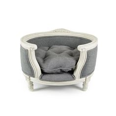 This fabulous George pet sofa from Lord Lou is sure to add regal style to your home. Inspired by Louis XVI this bed features an elegant white oak frame with a grey pillow and detailing, creating a ...