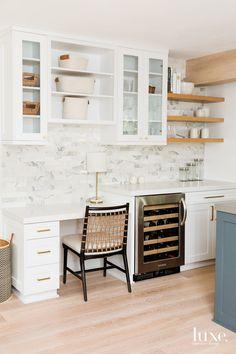 Kitchen Desk Areas, Kitchen Desks, Kitchen Office, New Kitchen, Classical Kitchen, Home Luxury, Luxury Homes, Quartz Kitchen Countertops, Cocinas Kitchen