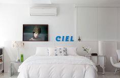 Nesta suíte branca, a foto do francês Jean Bérard ganha ainda mais destaque. Enxoval da Trousseau e almofada do Empório Beraldin. Projeto da arquiteta Kika Camasmie para um loft em São Paulo.