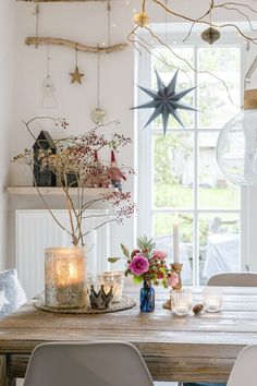 Shabby Chic Dining Room, Dining Room Sets, Christmas Table Settings, Christmas Decorations, Table Decorations, Pre Christmas, Christmas Ideas, Christmas Interiors, World Of Interiors