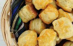pogacele-cu-cascaval Snack Recipes, Snacks, Pretzel Bites, Chips, Dairy, Food And Drink, Bread, Bakken, Snack Mix Recipes