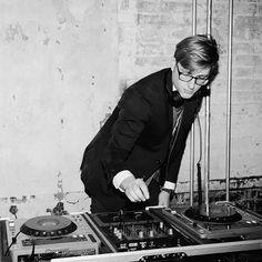 Cosas que sí me gustan de una boda: los DJs con una playlist currada. Siempre he pensado que el DJ es una de las claves para que una boda sea un éxito o un fracaso. Fotografía: Collin Hughes.