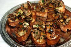 Deze bruschetta's met paddenstoelen zijn heerlijk om te serveren als feestelijk hapje tijdens de kerst of op oudejaarsavond.