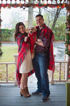 Christmas household photograph with canine! Plaid blanket through the vacation… - Travels Christmas Card Photo Ideas With Dog, Dog Christmas Pictures, Christmas Photo Booth, Family Christmas Cards, Holiday Cards, Plaid Christmas, Funny Christmas, Christmas Decor, Merry Christmas