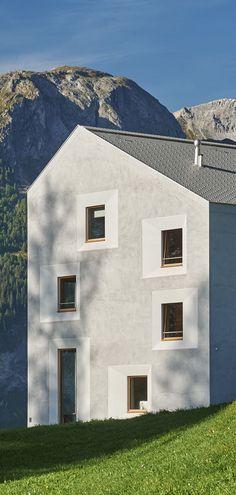 Von der Architektengemeinschaft a4ag geplantes und gebaute Pensiun Laresch. Aussenansicht der Pensiun Laresch. Gemütlich modern eingerichtete Zimmer der Pensiun Laresch. Der perfekte Ort als Ausgangspunkt für Wanderungen und Skitouren in den Naturpark Beverin am Schamserberg.