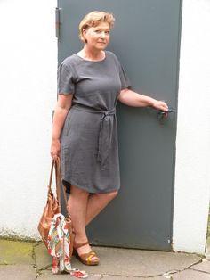 Dunkelgrünes Sommerkleid, lässig und schick