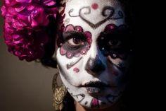 mexican skull makeup caritas de catrina maquillaje halloween niña maquillaje de catrina solo la mitad makeup calavera catrina maquillaje sencillo calavera make up skull make up Catrina Tattoo, Day Of The Dead, Sugar Skull, Halloween Face Makeup, Celebrities, Photography, Death, Tutorials, Painting