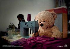 oso de peluche cociendo ropa en una máquina