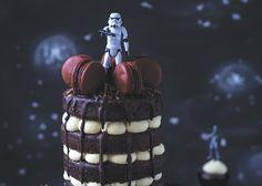 Star Wars: Bittersüße Stormtrooper-Torte Du brauchst      Für eine Torte mit 4 Schichten (Ø 13–15 cm)      Für die Füllung:      100 g weiße Schokolade (gehackt), etwas frischer Abrieb einer Tonkabohne, 250 ml Schlagsahne, 50 g Mascarpone      Für den Teig:      3 Bio-Eier, 100 g Rohrohrzucker, ½ TL Vanille (gemahlen), 75 g dunkle Schokolade mit 70% Kakaoanteil (gehackt), 50 g Butter, 1 EL Kakaopulver (ungesüßt), 2 EL Espresso, 150 g Dinkelmehl, Type 630, 30 g Mandeln (gemahlen)      2 EL…