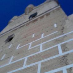 Marcas en la torre del homenaje del Castillo de la Atalaya. Estas marcas eran colocadas por los almohades, constructores del castillo, para cumplir dos funciones, primera, ocultar las marcas de los encofrados y, segunda, simular que la torre estaba construida con piedras de sillares y gran peso, en lugar de adobe, paja y piedra. Villena Medieval 2014 Barrio El Rabal Villena  #Villenamedieval14 @elrabalvillena #VillenaMedieval #Villena #SMTurismo
