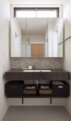 愛知県名古屋市の注文住宅クラシスホーム。 【洗面室】 人工大理石の造作洗面台と、天然石を使用した最高級グレードのモザイクタイルを採用し、高級感と落ち着きのある洗面室。鏡の裏には照明を配置しホテルライクな雰囲気に。#造作洗面#モザイクタイル#メラミン Basin Design, Space Saving Furniture, Washroom, Bath Decor, House Rooms, Modern Bathroom, Powder Room, Inspiration, Home Decor