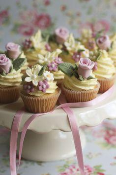 Cute little flower cupcakes! :)
