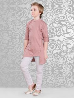 Latest Misty Rose long Kurta is made from Linen material and has side fancy buttons to enhance the attire look. Paired with Off White color bottom. Kurta Pajama Men, Kurta Men, Indian Men Fashion, Boy Fashion, Kids Party Wear Dresses, Boys Party Dress, Kids Dress Wear, Baby Boy Dress, Boys Kurta Design