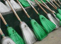 Escoba de bruja hecha con materiales reciclados // Recycled witch broom craft #Halloween