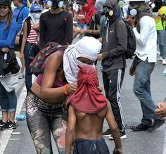Por @mariotafuro -  La madre (adolescente) del mini guerrero... #work #calles #manifestaciones #prensa #tafurostyle #press #street #streetphotography #streetphotovenezuela #Venezuela #sos #sosvenezuela #Caracas #photographer #photo - #regrann