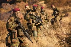 11 Luchtmobiele Brigade - Light Infantry / Airborne force of the Royal Netherlands Army. Military Gear, Military Police, Military Weapons, Military History, Sas Special Forces, Special Ops, Ghost Recon 2, Us Navy Seals, Man Of War