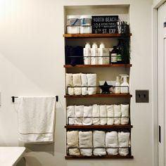 Mossanさんの、洗面所 収納,セリア,ダイソー,バーンスター,タオル収納,見せる収納,収納棚,バス/トイレ,のお部屋写真 Laundry Room Doors, Laundry Room Bathroom, Bathroom Renos, Washroom, Bathroom Renovations, Small Bathroom Storage, Bathroom Shelves, Tiny Bathrooms, Hidden Storage