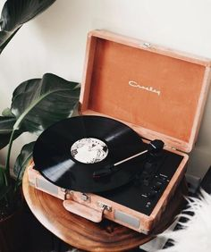Music Aesthetic, Aesthetic Vintage, Aesthetic Photo, Aesthetic Pictures, Photowall Ideas, Record Players, Crosley Record Player, Vinyl Record Player, Orange Aesthetic