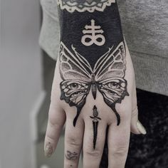 dotwork butterfly hand tattoo by @felixgraphtattoo
