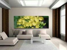 Sala minimalista; colorido cuadro de flores amarillas
