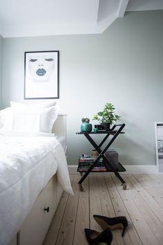 Jag har målat väggarna med kulören restful le havre från Nordsjö och om det är något den är så är det verkligen rogivande. Jag valde mellan den, och den mörkare nyansen dusty le havre men valet föll på den ljusare då rummet är ganska litet. Nightstand, Interior Design, Bedroom, Color, Furniture, Home Decor, Decoration, Nest Design, Decor