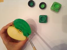 Schritt 5: Jetzt könnt Ihr mit dem Bemalen der verschiedenen Apfelhälften loslegen, aber achtet darauf, dass die Farbe gut verteilt wird. #Apfel #bemalen #Farbe #grün