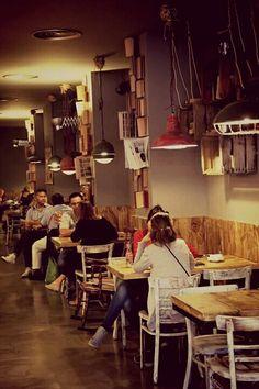 Petit Pot Bistro, Urquinaona (Barcelona). Lugar especial en el que perderte con un libro o compartir con amigos un buen café, un zumo natural o una hamburguesa.