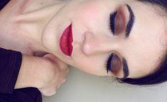 Maquiagem clássica, esfumado marrom com batom vermelho!!! #maquiagem #makeup #redlips #smokeyeye #eyeliner #delineado