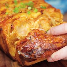 Chicken Pull-Apart Bread The only way to improve shareable bread is with Buffalo chicken and lots of cheese.The only way to improve shareable bread is with Buffalo chicken and lots of cheese. I Love Food, Good Food, Yummy Food, Yummy Eats, Yummy Snacks, Tasty Videos, Food Videos, Recipe Videos, Appetizer Recipes