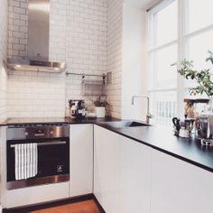 48 Modern Kitchen Backsplash with Subway Tile Design Kitchen Colors, Kitchen Layout, Kitchen Design, Kitchen On A Budget, Home Decor Kitchen, Modern Kitchen Backsplash, Multifunctional Furniture, Studio Kitchen, Black Kitchens