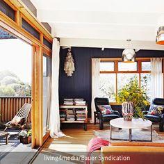 Dieser Wohnbereich führt direkt auf die Holzterrasse, deren große Schiebetür mit…