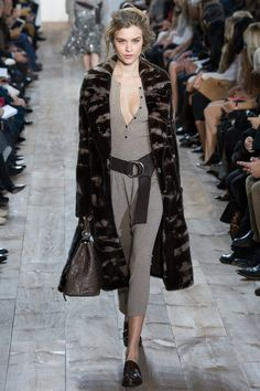 Michael Kors Fall California ease mixed with urban polish. This is the theme of Michael Kors' fall-winter 2014 collection.