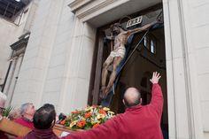 con la collaborazione dei portatori della vara della Madonna della Consolazione si portano i santi per la processione della via crucis davanti al duomo.